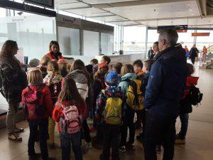 Schüler bei einer Führung durch den Flughafen Köln-Bonn