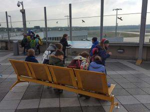 Schüler auf der Besucherterrasse des Flughafens Köln-Bonn