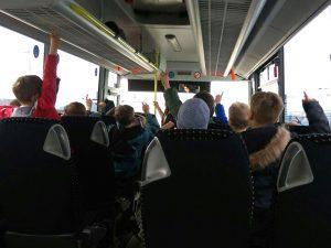 Schüler im Bus auf dem Flughafen Köln-Bonn