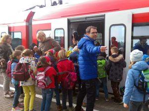 Schulklasse steigt in Bahn