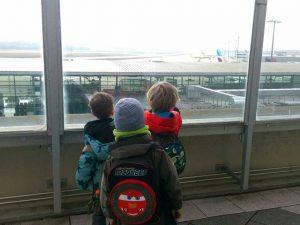 Schüler betrachten Flugzeuge auf dem Flughafen Köln-Bonn