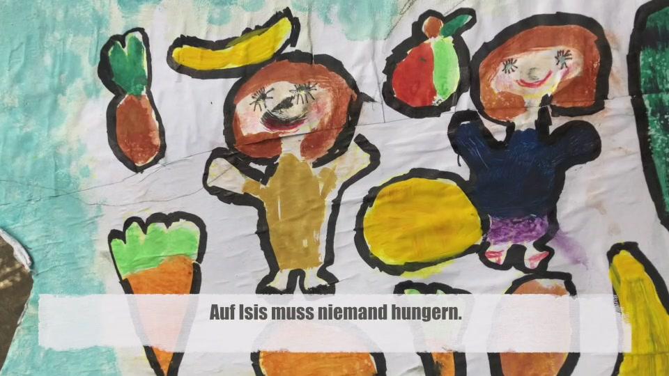 Kind zeigt ein selbst gestaltetes Bild, das einen Aspekt seines Wunschplaneten abbildet